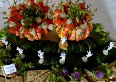 buffet mit lachs und schrimps
